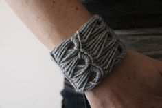 How to make a crocheted bracelet