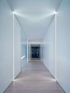 PUUR interieurarchitecten nachthal - verlichting dmv vertikale lichtlijnen langs de deuren, die dezelfde afwerking hebben als de muren en 'onzichtbaar' zijn