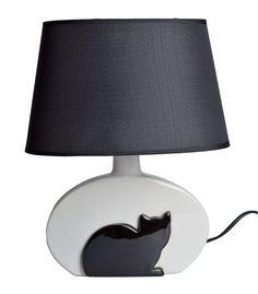 Lampa ceramiczna z czarnym kotem. Klosz wykonany z tkaniny + pcv w kolorze czarnym. Podstawa ceramiczna w kolorze mlecznym białym z czarnym kotem. Lampa na żarówkę E14 max 40 W. Kabel długości ok 1,2 m.