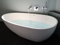 Luino :: freistehende Mineralguss-Badewanne in Weiß matt oder glänzend. Form: freistehend, oval, Ei, Modern, Duo. Material: Mineralguss. Maße (LxBxH cm): 169x85x54. Luxuriöse Entspannung pur. Die Luino besticht durch ihre zeitlose Eleganz im Ei-Design...