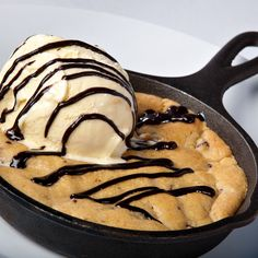 A fun Mini Skillet cookie recipe, yummy chocolate chip filled treats the whole family will love.� Pretzel Cookie Recipe, Cookie Dough Recipes, Peanut Butter Cookie Recipe, Ginger Bread Cookies Recipe, Chocolate Chip Recipes, Chocolate Chip Pie, Skillet Chocolate Chip Cookie, Mini Cheesecake Recipes, Oreo Cheesecake Cookies