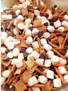 Looking for a quick, easy, healthy seasonal snack? Try one of our three recipes for Snowman Snack Mix! Classroom Snacks, Preschool Snacks, School Snacks For Kindergarten, Preschool Ideas, Teaching Ideas, Snack Mix Recipes, Yummy Snacks, Snack Mixes, Yummy Food