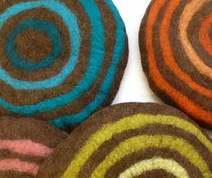Sitzkissen & Bodenkissen - Sitzkissen Filz *Bunte Kreise* auf braun - ein Designerstück von lieberfilz bei DaWanda