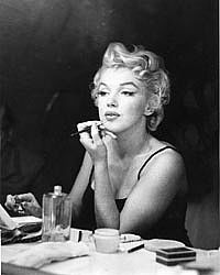 Marilyn Monroe S Beauty Secrets And A Few How Too S Tip 1 Setting The Base When It Came To Foundation Marilyn Marilyn Monroe Photos Marilyn Monroe Marilyn