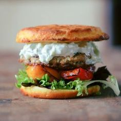 Græsk kyllingeburger med feta, grillet peberfrugt og tzatziki Pizza Wraps, Burger Recipes, Greek Recipes, Salmon Burgers, Tzatziki, Food Inspiration, Dinner Recipes, Dinner Ideas, Tapas