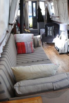 Beautiful Narrow boat and Houseboat Interior Design for inspiration and Some Clever Compact Living Solutions Living On A Boat, Tiny Living, Living Spaces, Mini Loft, Barge Interior, Interior Design, Modern Interior, Modern Decor, Canal Boat Interior