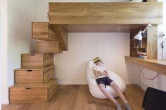 aménagement intérieur d'une chambre enfant d'un lit mezzanine en bois escalier en marches tiroirs