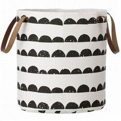 La popular cesta Half Moon de la marca danesa ferm Living es perfecta para utilizar como cesto de ropa sucia o como una preciosa cesta para almacenar, ¡ambas opciones muy decorativas! La cest está hecha en algodón y tiene un patrón fantástico en colores blancos y negros. Elige entre varios tamaños.