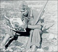 Un miliciano lee la prensa en 1936. J.M. Díaz Casariego