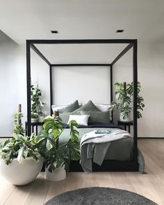Bedside jungle oasis, yes, please! No bad days when you wake up in this paradise every morning 😍 📸: Khaki Bedroom, One Bedroom, Bedroom Sets, Home Decor Bedroom, Bedroom Furniture, Bedroom Curtains, Black White Bedrooms, Modern Bedroom Design, Bedroom Designs