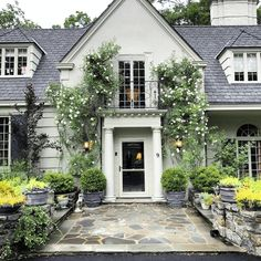 How to turn bland decor into a room of sublime beauty! Dream Home Design, My Dream Home, Exterior Paint Colors, Exterior Design, New England Style Homes, Dream House Exterior, Cottage Exterior, Cottage Porch, Exterior Homes