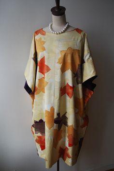 紅葉の柄に金の染めが見事なお着物を、結婚式にご出席されるためのドレスをお仕立てさせて頂きました。紅葉の柄の1色の紫を、ちらりと見える両脇の見返しに使いまし... Fashion Sewing, Kimono Fashion, Boho Fashion, Fashion Outfits, Kimono Fabric, Kimono Dress, China Mode, Cute Kimonos, Japanese Fashion Designers