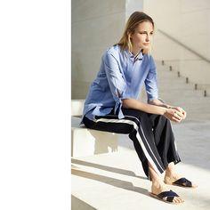Stoffhose mit sportlichen Kontraststreifen, blaue Bluse mit Knotendetails an den Ärmeln