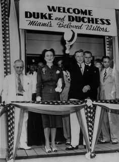 The Duke and Duchess of Windsor greet a welcoming crowd on their arrival for a visit in Miami, Florida. Miami mayor Alexander Orr accompanies the Windsors. Eduardo Viii, Edward Windsor, State Of Florida, Miami Florida, Wallis Simpson, House Of Windsor, Famous Couples, George Vi, Queen Mary