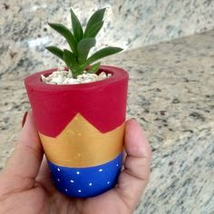 Lembrancinhas para o Dia das Mães: 50 ideias + tutoriais incríveis Painted Clay Pots, Painted Flower Pots, Diy Clay, Clay Crafts, Clay Pot Projects, Craft Club, Bottle Painting, Birthday Woman, Terracotta Pots