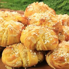 Saffron buns with almond paste (translated from Swedish) Christmas Sweets, Christmas Baking, Christmas Ideas, Vegan Baking, Bread Baking, Roy Fares, Baking Recipes, Dessert Recipes, Dessert Ideas