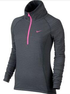 La camiseta de golf Nike Warm Half-Zip para mujer está confeccionada con tejido Dri-FIT grueso y presenta un diseño reversible para una calidez premium y dos fantásticos looks. El tejido elástico y las mangas raglán se mueven contigo en cada swing.