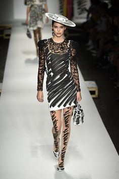 Kendall in Her First Moschino Runway Look Kendall Jenner Runway, Kendall Jenner Makeup, Kylie Jenner Outfits, Kendall Jenner Outfits, Fashion Killa, Runway Fashion, Moschino, Kardashian Style, Kardashian Kollection
