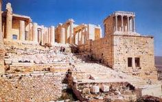 """Propilei; entrata monumentale dell'Acropoli di Atene; 437-432 a.C.; marmo bianco detto """"pentelico"""" scolpito; tecnica a pietra squadrata senza legante con perno metallico centrale"""