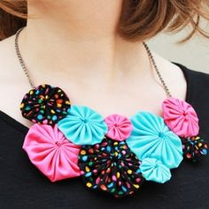 DIY this cute yo-yo flower necklace to get that great colorful summer look. (in English and Spanish)