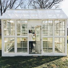 How to Turn Old Windows Into a Greenhouse – The garden! plans old windows How to Turn Old Windows Into a Greenhouse Diy Greenhouse Plans, Large Greenhouse, Backyard Greenhouse, Greenhouse Wedding, Old Window Greenhouse, Pallet Greenhouse, Homemade Greenhouse, Greenhouse Film, Greenhouse Kits For Sale