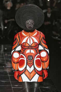 A model walks down the catwalk during the Alexander McQueen Ready-to-Wear A/W 2009 fashion show during Paris Fashion Week at POPB on March 2009 in Paris, France. Couture Fashion, Runway Fashion, Paris Fashion, Alexander Mcqueen, Best Fashion Designers, Free Mind, Weird Fashion, High Fashion, Models