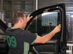 e traitement de vitre par surteintage permet d'embellir votre véhicule et d'améliorer votre confidentialité. Il permet également de maîtriser la température grâce à la filtration des UV et aussi, de renforcer la solidité de vos vitrages.