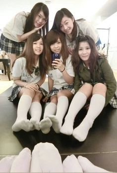 School Girl Japan, School Girl Outfit, Cute Dress Outfits, Girl Outfits, Over Knee Socks, Ankle Socks, Japanese Legs, Teen Feet, White Tights