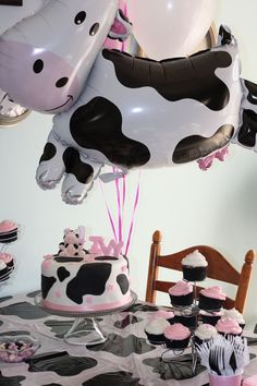 Absolutely LOVE this! Cow party theme braelyns first birthday Cow Birthday Parties, Cowgirl Birthday, Cowgirl Party, Farm Birthday, Baby Girl Birthday, Cow Birthday Cake, Bolo Paris, Cow Baby Showers, Barnyard Party