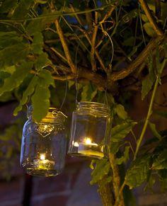 lampion bougie à faire simplement avec des pots de verre de récup sertis de fil de fer pour accrocher dans arbre