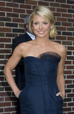 Style Star Kelly Ripa recently stepped out with a remarkable hairstyle. Her inventive stylist came up with this creative hair design for her. Simple and stunning, this style is perfect for a date night or a cocktail party. Celebrity Hairstyles, Bun Hairstyles, Wedding Hairstyles, Kelly Ripa Hair, Indische Sarees, Bridesmaid Hair, Prom Hair, Hair Today, Hair Dos