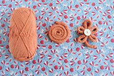 12 free knitting patterns for beginners: i-cord flower at LoveKnitting Loom Knitting, Knitting Stitches, Knitting Patterns Free, Free Knitting, Flower Applique Patterns, Textile Patterns, Making Scarves, Knit Basket, I Cord