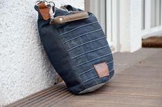 Tasche aus Jeanresten und Boden aus Leder