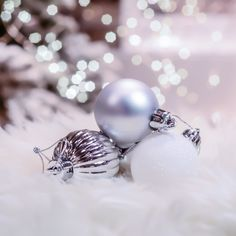like the snow, like the stars, these small balls decor the tree. Christmas Colour Schemes, Christmas Colors, Christmas Tree Decorations, Christmas Holidays, Beautiful Christmas Trees, Balls, Snow, Stars, Christmas Vacation
