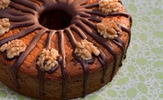 Anote a receita do bolo de mel com nozes típico da culinária judaica.