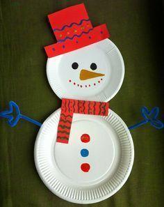 Basteln Sie mit den Kindern einen Schneemann aus Papptellern