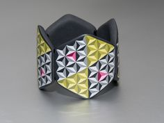 Bracelet with 3D illusion pyramid pattern. Armband mit 3D Pyramiden-Muster.