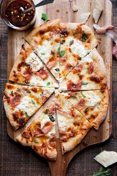 White Pizza Recipes, Italian Recipes, Recipes Dinner, I Love Food, Good Food, Yummy Food, Tasty, Pizza Legal, Prosciutto