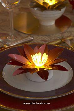 Des idées pour vos décors de table ? La fleur lumineuse est parfaite pour mettre en valeur vos plats ! Led, Decoration Table, Artisanal, Tables, Furniture, Home Decor, Christmas Tabletop, Mesas, Decoration Home