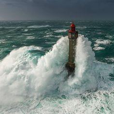 2016年2月8日、フランス・ブルターニュ地方に位置するモルビアンで風速40mの突風が記録される中、Mathieu Rivrin (@mathieurivrin_photographies) はウェッサン空港から飛び立った。「大西洋沿岸は大規模な高波が予想され、海岸線は10メートル、外海は15メートルを確実に超える予報でした。同僚達とともに嵐の中、イロワーズ海の灯台の上をヘリコプターで飛ぶ計画を立てました。現場に行ってみると、力強い波が灯台や岩に挑みかかる、まさに子どものころから憧れていた自然の絶景がそこにあったのです」写真の海は絶え間なく動いているにもかかわらず、柔らかな印象を持つ。「長時間露光で得られる表現が好きなんです。動きがあり、同時に詩的な写真が撮れます」同時に、素晴らしい写真を撮るためには、それなりの離れ技も必要だ。「今まで見たことのない視点に立つことが必要です。撮りたい風景のために10メートルの坂を滑り降り、湖の中に着地したこともありました。ただし無茶はしません」 Photo by @mathieurivrin_photographies