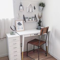 Look at this brilliant photo - what a very creative innovation Office Furniture, Office Desk, Furniture Design, Demountable Partitions, Asian Room, Aesthetic Room Decor, Home Office Design, Office Interiors, Interior Design