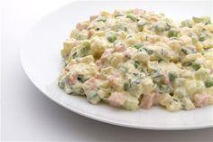 Nemusíte kupované majonézové saláty. Připravte si je doma a změníte názor. Použít se dají jako příloha, studená večeře nebo jako pomazánka například na chlebíčky. Domácí příprava je rychlá a jednoduchá, navíc má tu výhodu, že víte přesně, co do salátů dáváte.