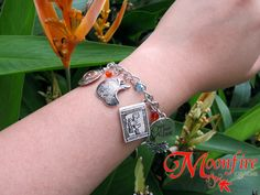 This bracelet is a tribute to the OUAT fandom! Great for any OUAT fan! The silver-plated bracelet measures 7 inches. It comes with a toggle and clasp.