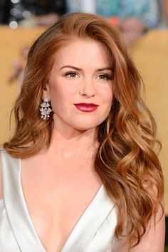 Find amazing Strawberry Blonde Hair Color ideas for you. All trending shades of Strawberry Blonde hair color. Dark, Light, natural looking Blonde hair color. Strawberry Blonde Hair Color, Blonde Color, Red Color, Light Auburn Hair Color, Isla Fisher, Great Hair, Pretty Hairstyles, Hairstyle Pics, Wavy Hairstyles