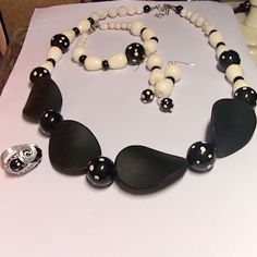 parure noire et blanche perles acrylique bague en fil aluminium