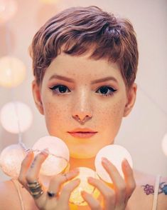 """How to style the Pixie cut? Despite what we think of short cuts , it is possible to play with his hair and to style his Pixie cut as he pleases. For a hairstyle with a """"so chic"""" and pointed… Continue Reading → Pixie Cut Blond, Red Pixie, Pixie Cut With Bangs, Pixie Crop, Pixie Cut Bangs, Pixie Cut For Round Face, Brown Pixie Hair, Long Pixie, Thick Hair Pixie"""