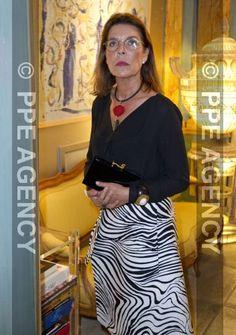 Pulsar en la imagen para verla a tamaño completo. Princesa Carolina, Princess Grace Kelly, Charlotte Casiraghi, Old Women, Fashion Details, Fashion Outfits, Stylish, Celebrities, Pulsar