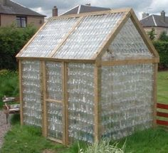une serre, et pourquoi pas en bouteille plastique recyclées ??? économie économie... écologie écologie...