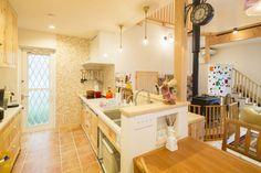 【アイジースタイルハウス】タイル。タイニングテーブルを対面キッチンと横一列に並べることで、動線が便利に