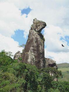 """Pedra do """" Cão Sentado""""  no parque de Furnas do Catete em Nova Friburgo.  Foto: Osmar de Castro"""